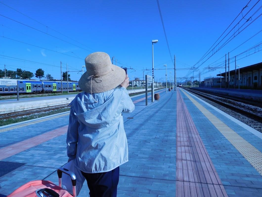 ↑熱量タカコ 電車に乗り遅れ、次の電車を待つ姿